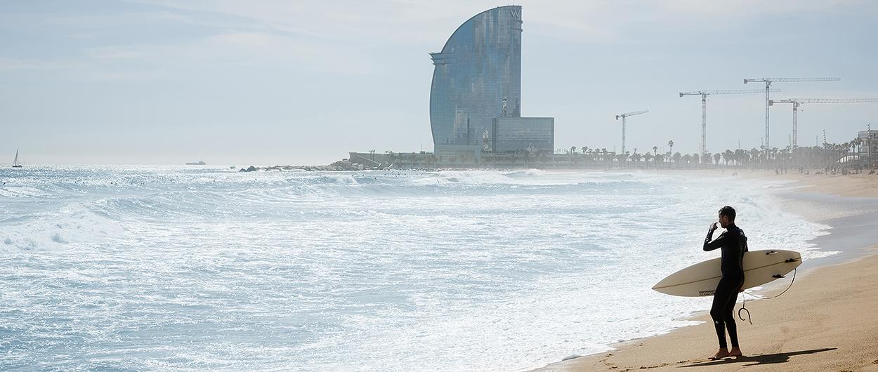 Surfare på stranden i Barcelona